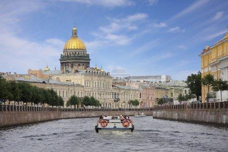 Photo pour Vue de la cathédrale Saint-Isaac à Saint-Pétersbourg depuis la rivière Xoka - image libre de droit