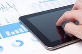 Analyste d'affaires moderne avec tablet pc