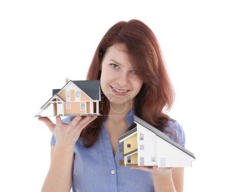 Photo pour Client de l'Agence immobilière louer maison nouveau représentée par le modèle. agent immobilier aide selectionnez maison. - image libre de droit