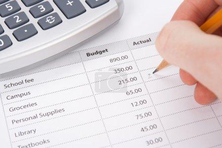 Photo pour Concept du budget de l'étudiant - budget imprimé et écriture de l'étudiant en valeurs réelles du graphique . - image libre de droit