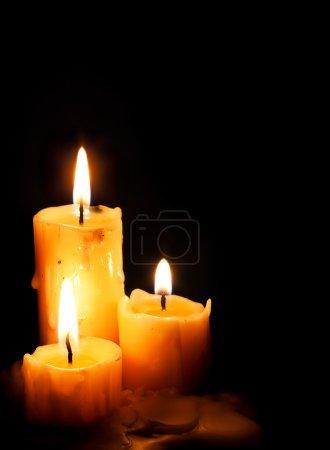 Photo pour Bougies de Noël avec lumière étoilée sur noir - image libre de droit