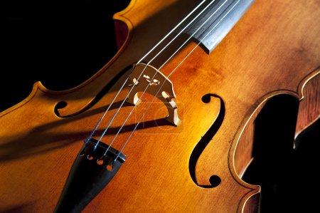 Photo pour Étude de violoncelle ou de violoncelle dans la lumière et composition - image libre de droit