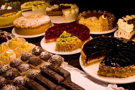 Photo pour Vue magnifique sur différents gâteaux dans une boulangerie, avec des fruits comme les fraises et les oranges - image libre de droit