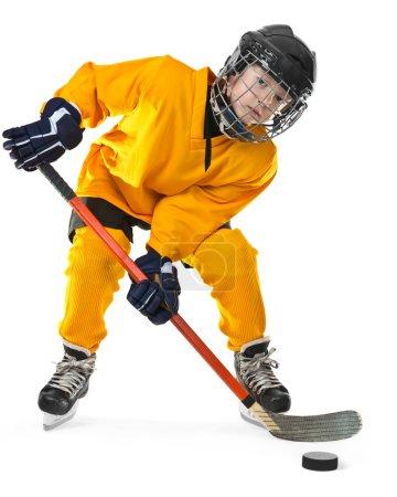Photo pour Portrait de mignon jeune garçon en uniforme de hockey avec masque facial sur le dessus de la tête - image libre de droit
