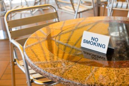 Photo pour Table non fumeur dans un café extérieur de paquebot de croisière - image libre de droit