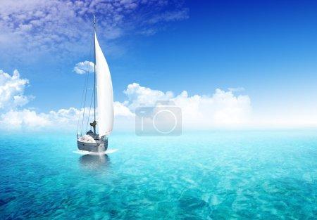Foto de Velero en el océano con la luz del sol en el backgroiund - Imagen libre de derechos