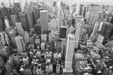 Photo pour Paysage urbain de Manhattan vu de haut d'empire state building, noir et blanc, new york, États-Unis. - image libre de droit