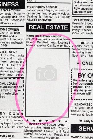 Photo pour Faux annonces classées, Journal, concept immobilier. - image libre de droit