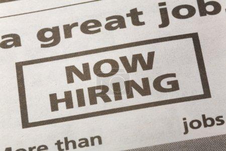 Photo pour Journal emploi annonce, maintenant embauche, concept d'emploi - image libre de droit