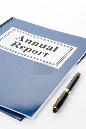 Photo pour Rapport annuel de l'entreprise et stylo avec fond blanc - image libre de droit