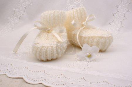 Photo pour Photo de chaussons blancs pour un nouveau-né - image libre de droit