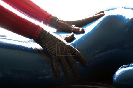 Photo pour Catsuit en caoutchouc de latex rouge et bleu filles - image libre de droit
