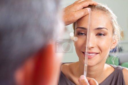 Photo pour Gros plan du visage féminin mesuré par un chirurgien plasticien - image libre de droit