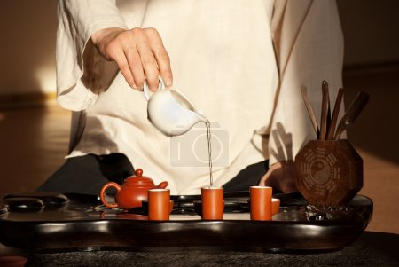 Photo pour Cérémonie du thé chinois est effectuée par le maître du thé en kimono - image libre de droit