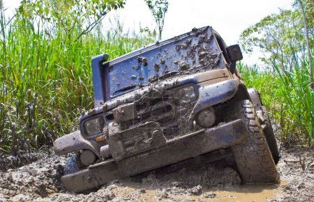 Photo pour Au large de la saleté de voiture de route avec beaucoup large de boue - image libre de droit