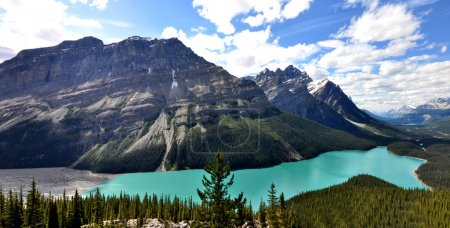 Photo pour Vue panoramique de paysages suggestifs des montagnes Rocheuses canadiennes avec lac et montagnes alpines - image libre de droit