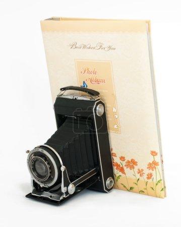 Foto de Antiguo vintage cámara y foto álbum blanco aislado - Imagen libre de derechos