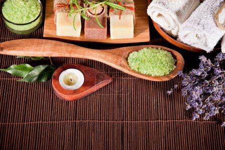 Photo pour Équipement de spa sur tapis de bambou - image libre de droit
