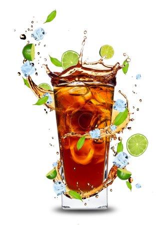 Photo pour Boisson de cola frais avec des citrons verts. Isolé sur fond blanc - image libre de droit