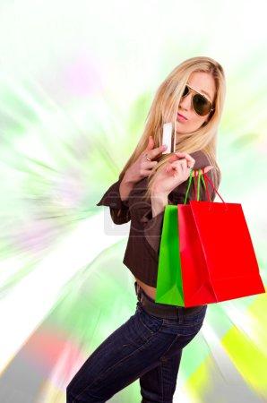 Photo pour Belle fille blonde acheteur avec carte de crédit - image libre de droit