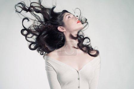 Photo pour Photo de jeune belle femme aux cheveux magnifiques - image libre de droit