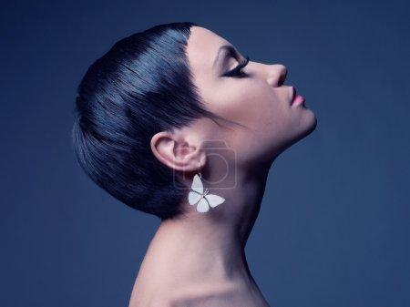Foto de Sensual retrato de una bella dama con pendiente-mariposa - Imagen libre de derechos