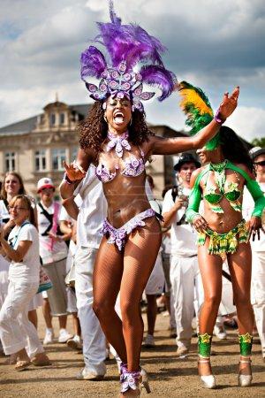 Photo pour Coburg, Allemagne - 10 juillet : un danseur de samba femelle non identifié participe au festival annuel de samba à coburg, Allemagne le 10 juillet 2011. - image libre de droit