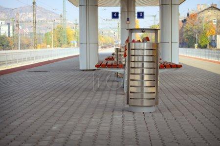 Photo pour Poubelle métallique sur une station de chemin de fer - image libre de droit