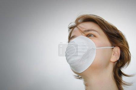Photo pour Femme porte le masque de protection contre la grippe ou de la pollution - image libre de droit