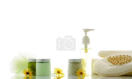 Photo pour Produits de soins corporels sur fond blanc - image libre de droit