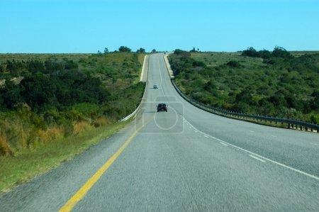Photo pour La route large d'une autoroute africaine avec un peu de trafic en Afrique du Sud - image libre de droit