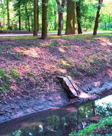 Photo pour Fossé d'égout sale en ville - image libre de droit