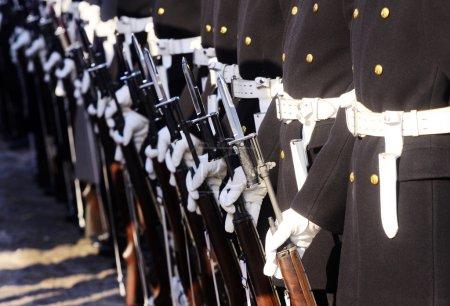 Photo pour Marines alignés dans un défilé . - image libre de droit