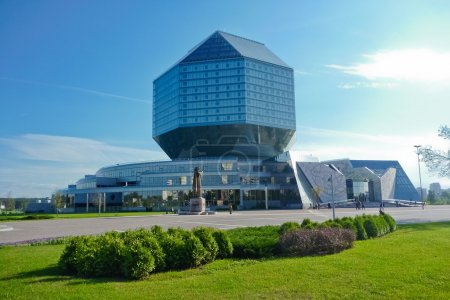 Photo pour Bibliothèque nationale du Bélarus à Minsk, Biélorussie, Europe de l'Est. Il s'agit d'un grand bâtiment moderne en forme de diamant . - image libre de droit