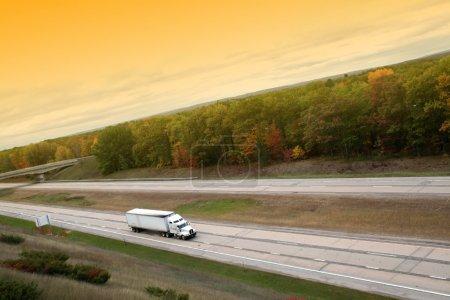 Photo pour Croisière semi-camion blanc sur le chemin libre - image libre de droit
