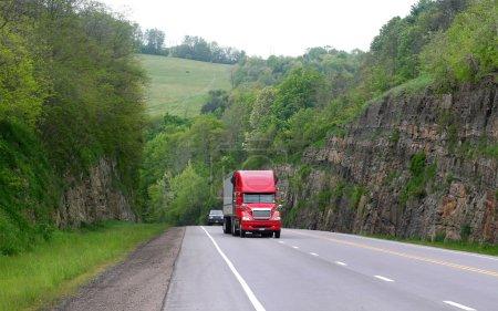 Photo pour Haute route à travers la forêt dans l'état de Pensylvania - image libre de droit
