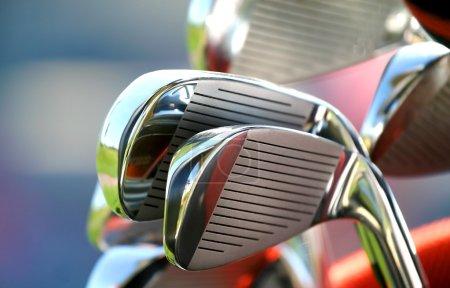 Photo pour De nombreux nouveaux clubs de golf brillants prêts à jouer - image libre de droit