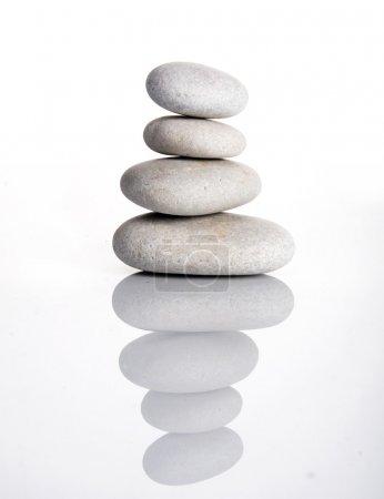 Photo pour Composition des pierres blanches plage isolé sur blanc - image libre de droit