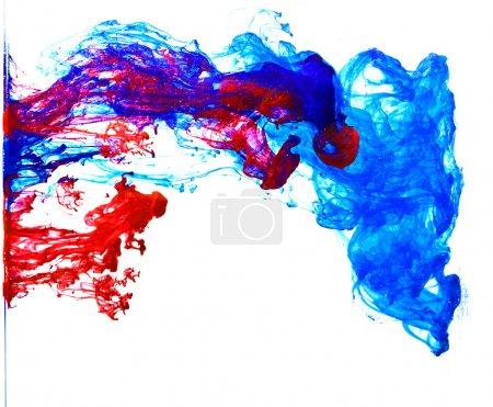 Photo pour Encre bleue et rouge Dans l'eau résumé - image libre de droit