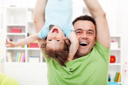 Photo pour Temps heureux et amusant avec le père - enfant en bas âge et son père - image libre de droit