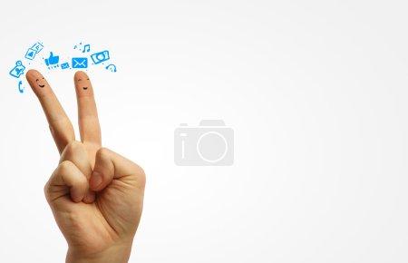Foto de Par de Caritas felices de los dedos. feliz grupo de smileys dedo con burbujas signo y discurso social chat. dedos representando una red social. - Imagen libre de derechos