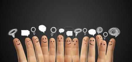 Photo pour Groupe heureux de smileys de doigt avec bulles de signe et de la parole de causerie sociale. doigts qui représente un réseau social. - image libre de droit