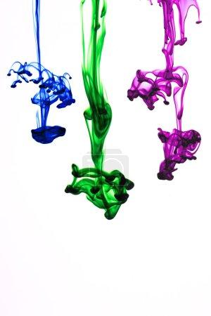 Foto de Colores de tinta que fluye en el agua sobre fondo blanco - Imagen libre de derechos