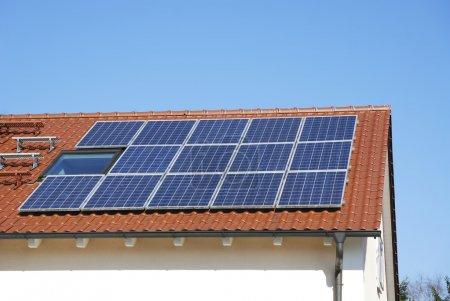 Foto de Techo de la casa con instalación fotovoltaica - Imagen libre de derechos