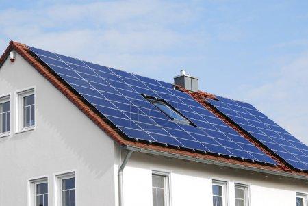 Foto de Instalación fotovoltaica en una casa residencial - Imagen libre de derechos