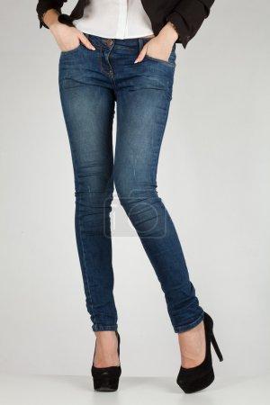 Photo pour Longues jambes et mains féminines dans les poches - image libre de droit