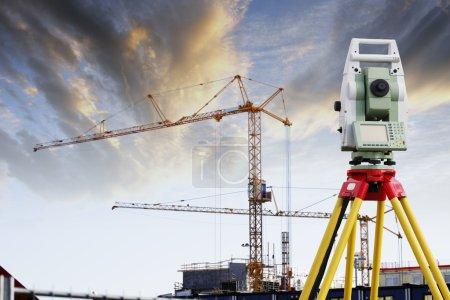 Photo pour Instrument de mesure technique pour l'industrie de la construction, coup de soleil couchant - image libre de droit