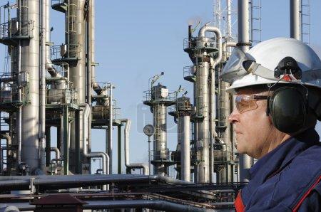 Photo pour Ingénieur de profil, grande raffinerie chimique en arrière-plan - image libre de droit