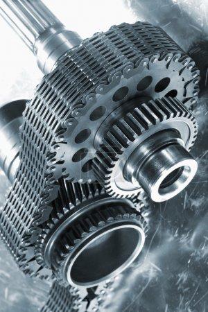 Foto de Engranajes y engranajes de titanio, utilizados en la industria aeroespacial y de cohetes, cadena de sincronización gigante . - Imagen libre de derechos