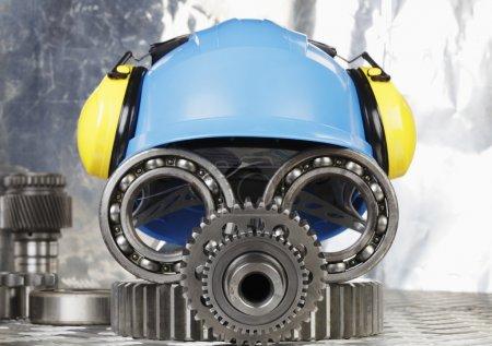 Photo pour Hardhat, pièces d'ingénierie en forme de visage de robot, concept industriel - image libre de droit